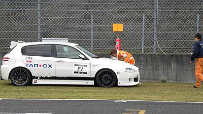 整列寸前で西嶋オーナーの147がコースから出て停止。トラブル発生。