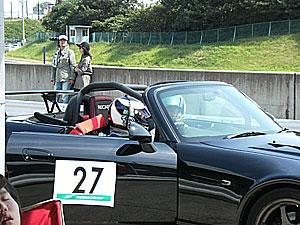 プロのレーシングドライバーの講習が終わり、 プロドライバーが抽選で選ばれた、参加者の車を運転し 走行しながらのレッスンもありました。