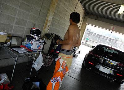 パドックに戻ると、走行不可となったオーナーがお着替え中。 とっても残念がってました。