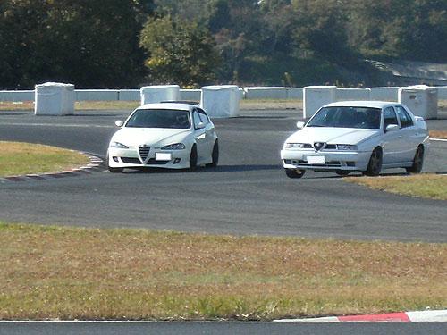 ホワイトのアルファが2台並びます。オーナーもホワイトアルファさまも、走行中お互いを確認している様子です。