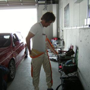 いそしそとレーシングスーツにお着替えが始まりました。   走行会では、レーシングスーツでなくても普通の長袖、長ズボン でも良いそうです。