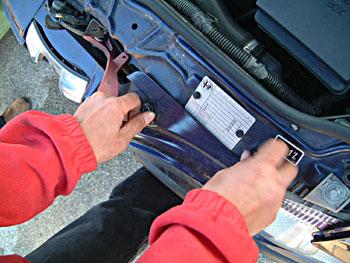 ボンネットを開けてバンパーを固定しているボルトを外して
