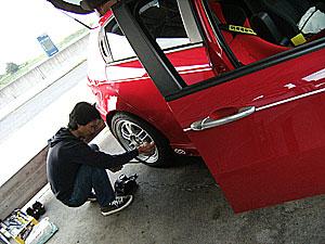 ふみやんサン、タイヤのエアー圧を測ってます