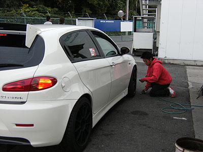 西島オーナー走行途中のパドックIN ともくん、タイヤの空気圧のチェック。