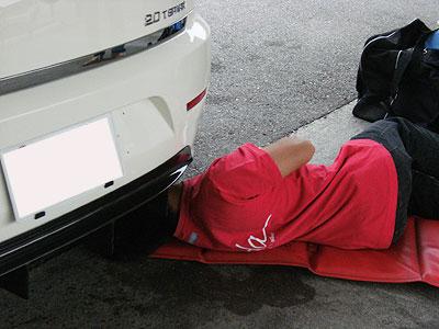 リアの車高調のダイアルを回して調整。