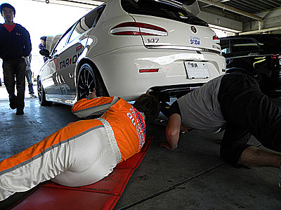 西嶋オーナー、NEWタイヤの具合、予選に向けてのセッティングを再確認。皆で覗き込んでます。