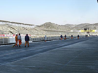 プラクティス走行が40分遅れとのアナウンスが。