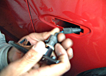 配線にサイドマーカーの取り付け部分を挿し込みます