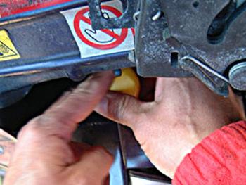 グリルとバンパーを固定しているボルトが6本